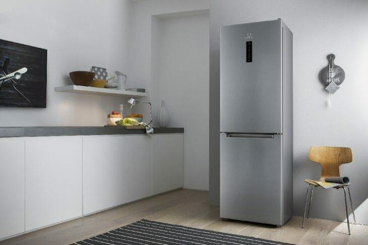 Отдельно стоящий двухкамерный серебристый холодильник