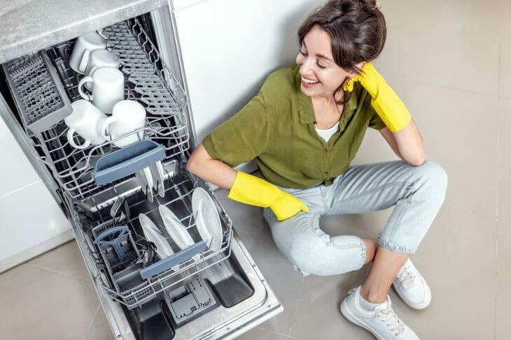 Классическая компоновка посуды внутри посудомоечной машины