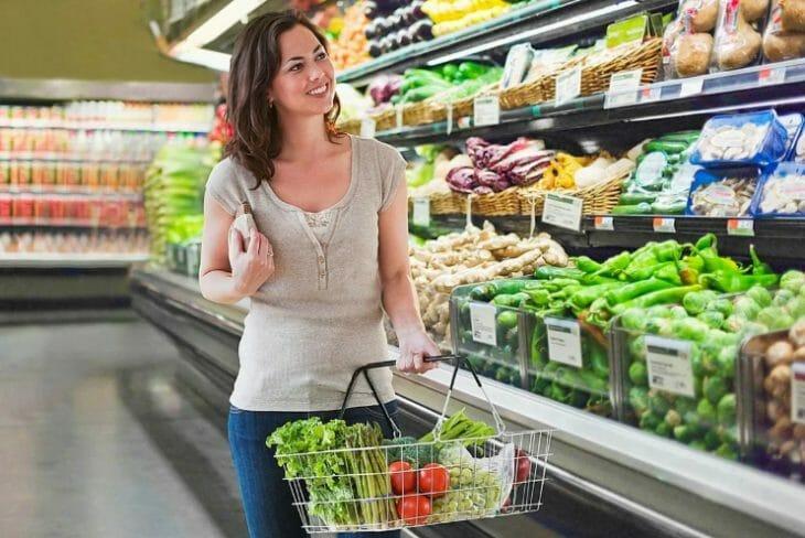 Женщина возле полок в супермаркете