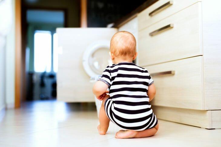 Ребенок возле паровой стиральной машины