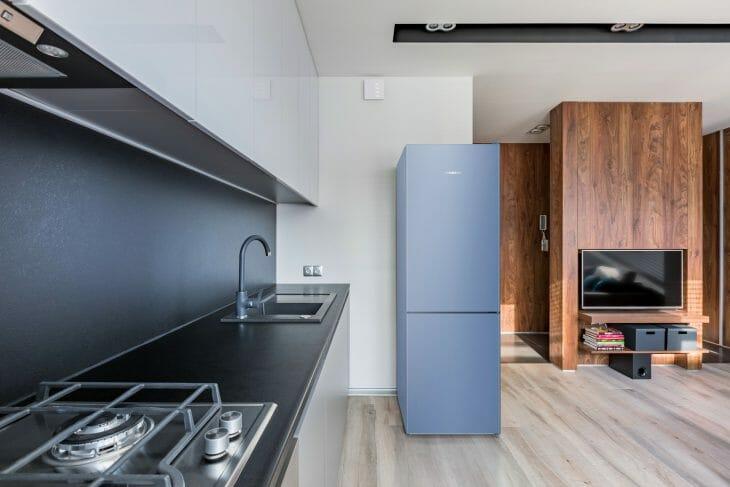 Отдельно стоящий синий холодильник Либхер