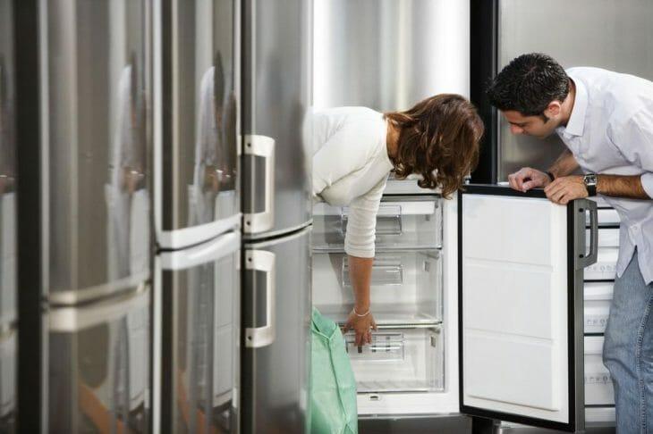 Выбор холодильника в магазине