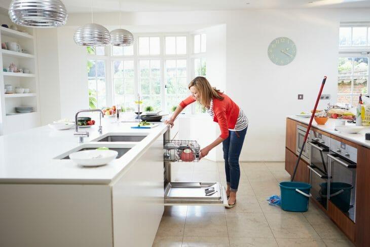 Загрузка встраиваемой посудомоечной машины