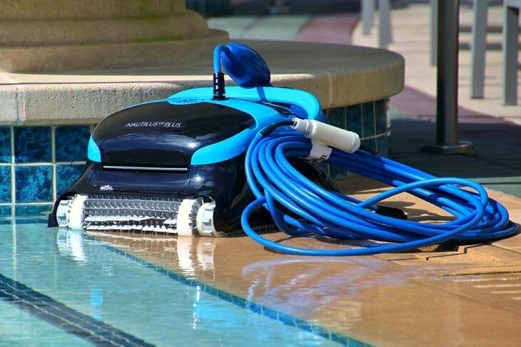 Робот-пылесос у бассейна