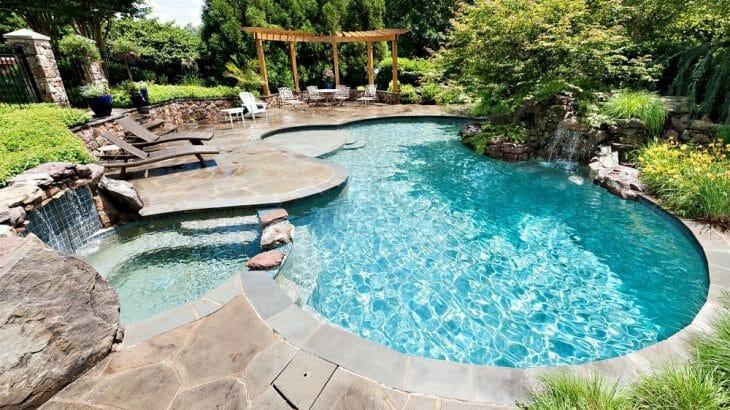 Открытый бассейн сложной формы