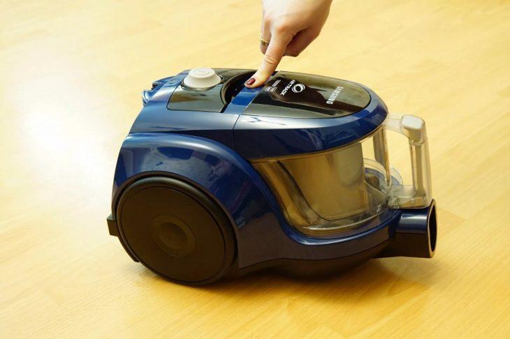 Извлечение пылесборника из пылесоса Samsung