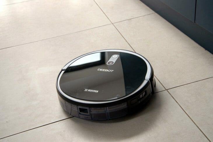 Компактный черный робот-пылесос