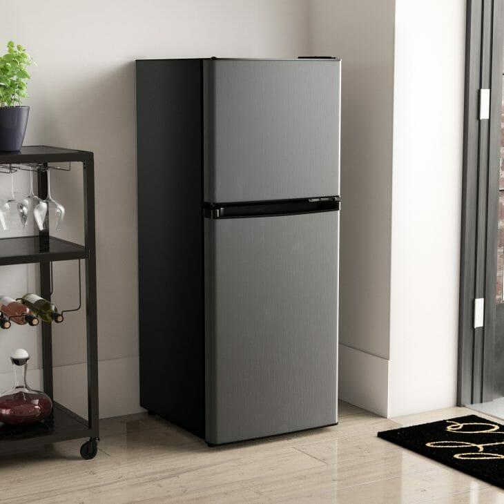 Низкий черный холодильник