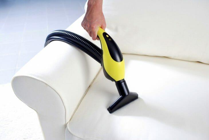 Очистка дивана при помощи пылесоса Karcher