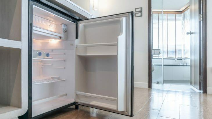 Открытый мини холодильник