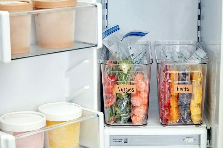 Продукты на полке холодильника