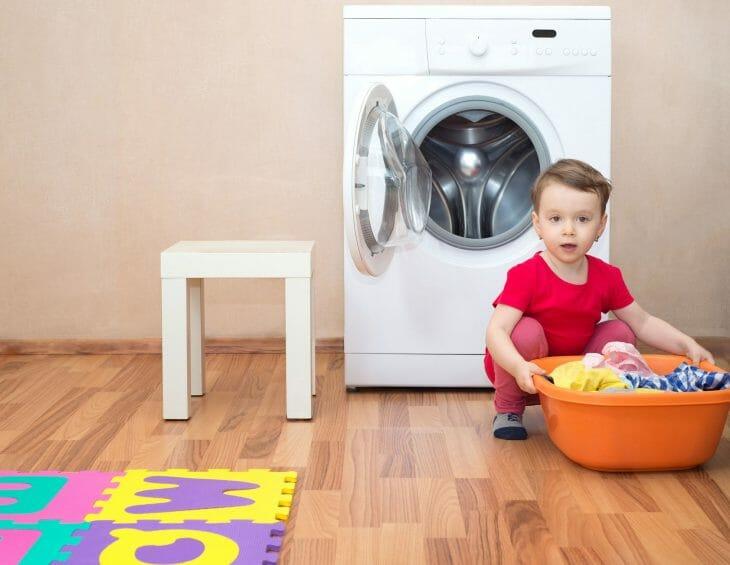 Ребенок возле тихой стиральной машины