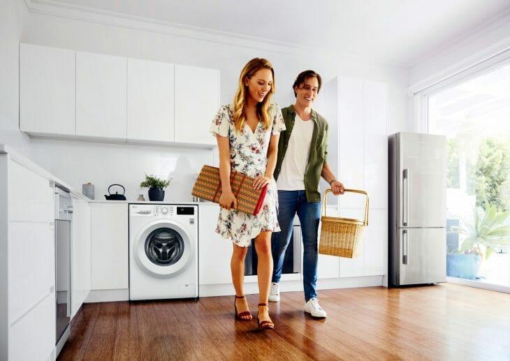 Пара разговаривает возле стиральной машины
