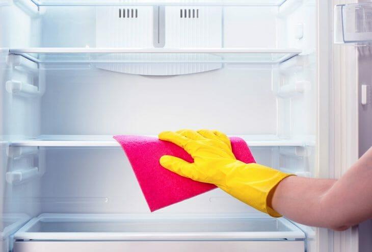Протирка холодильника внутри