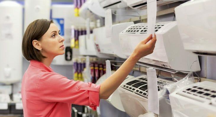 Выбор кондиционера в магазине электроники