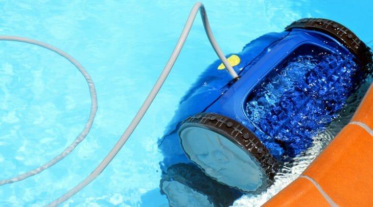 Робот-пылесос для бассейна в работе