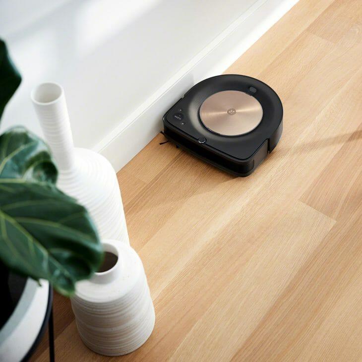 Робот-пылесос iRobot возле плинтуса