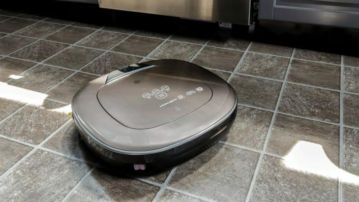 Робот-пылесос LG на кухне