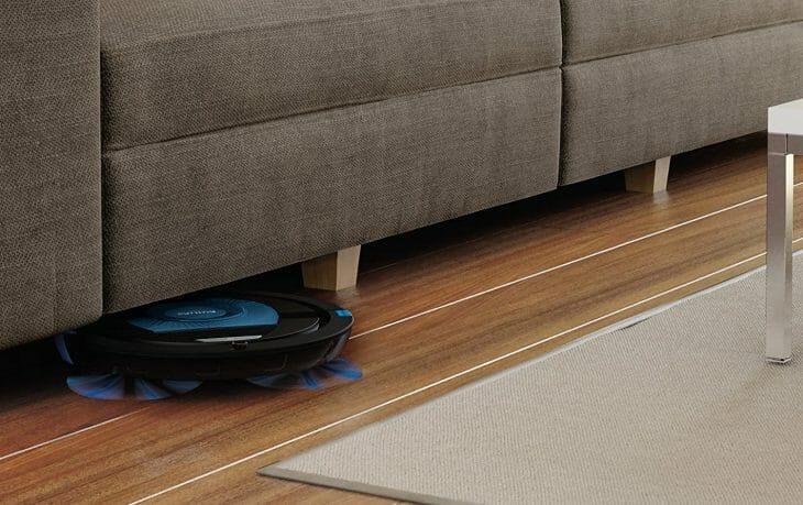 Робот пылесос Philips под диваном