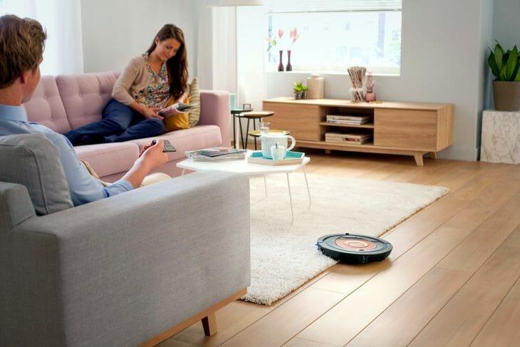 Робот-пылесос Philips в гостинной