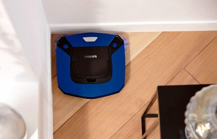 Робот пылесос Philips в углу комнаты