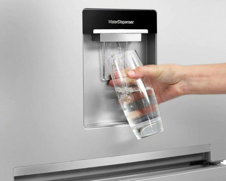 Система подачи питьевой воды в холодильнике