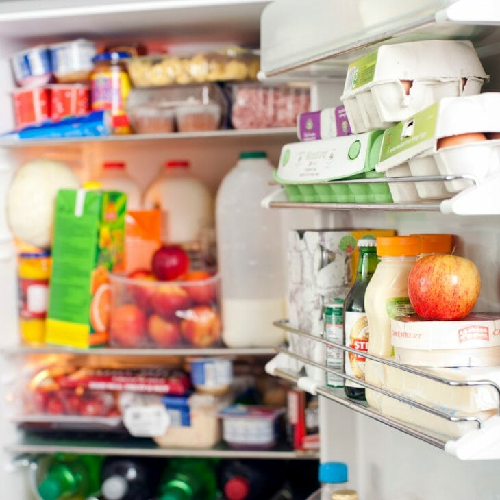Забитый продуктами холодильник