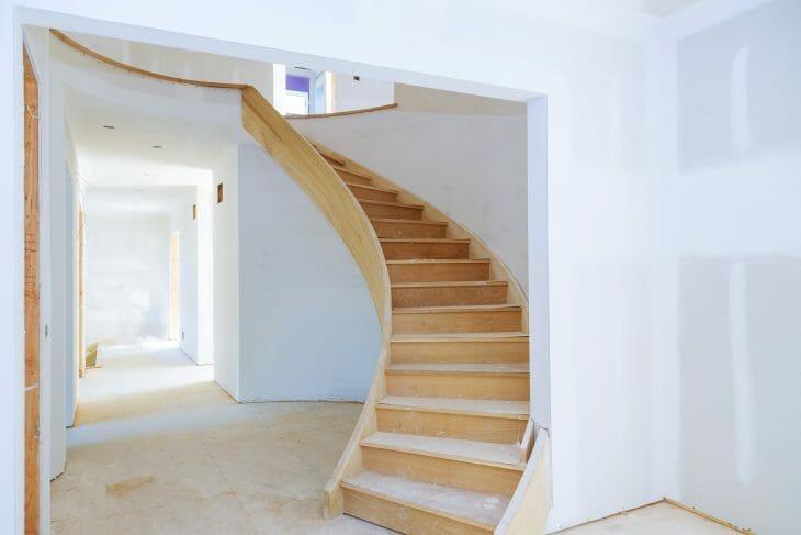 Деревянная лестника двухэтажного дома