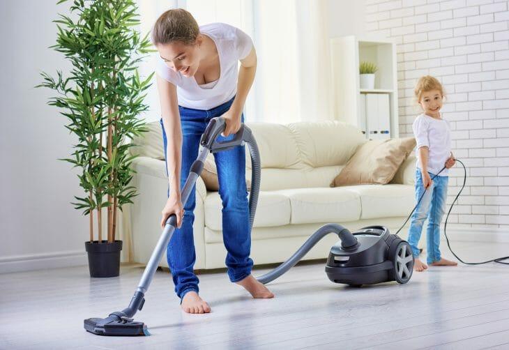 Мать с дочкой занимаются уборкой