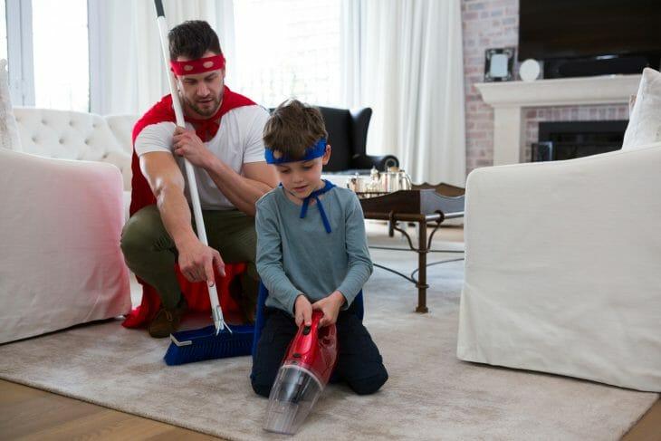 Отец и сын дурачатся с пылесосом