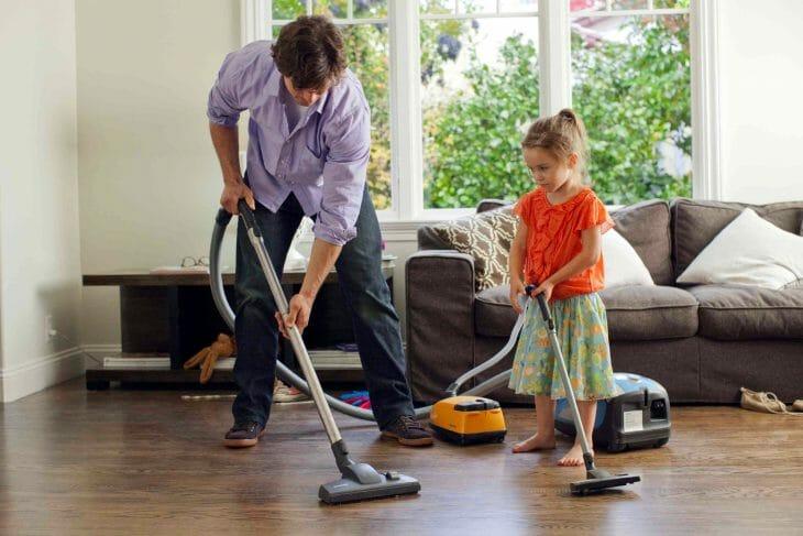 Отец учит дочку пылесосить