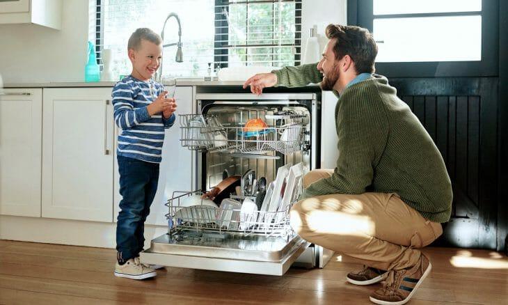 Папа и сын возле посудомоечной машины