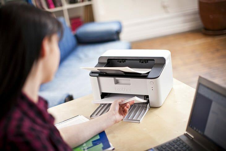 Добавление бумаги в лоток лазерного принтера
