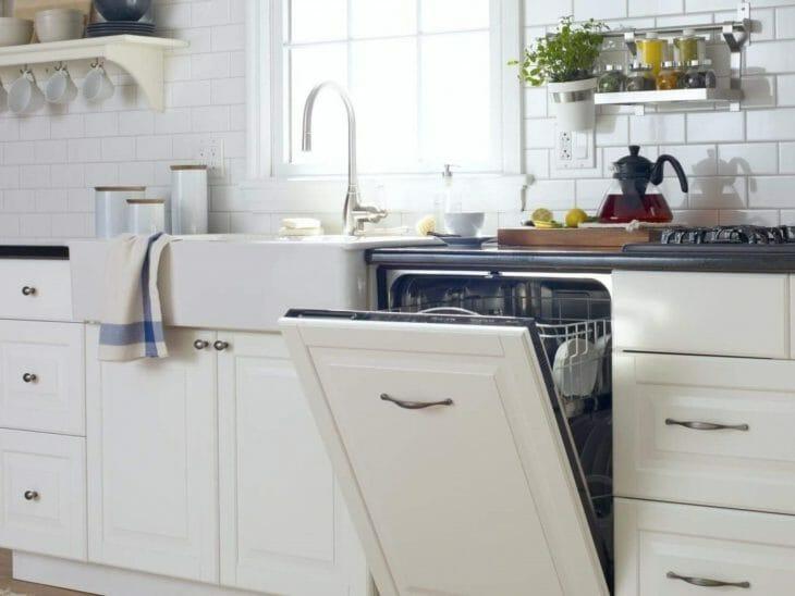Встроенная посудомойка на кухне светлых тонов