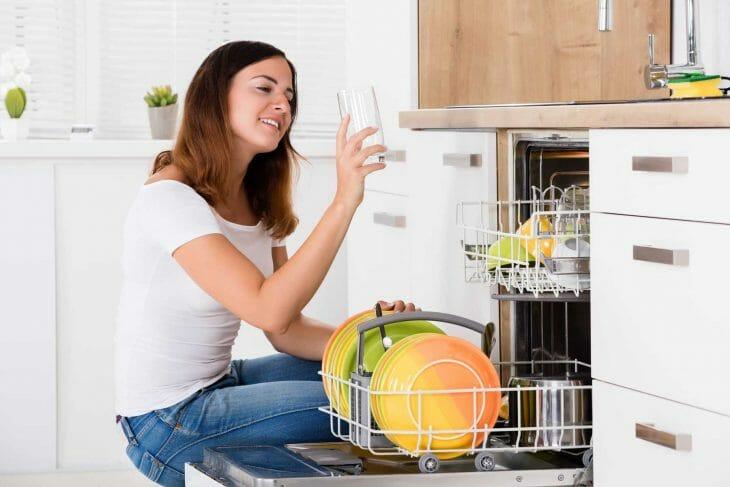 Женщина радуется чистому стакану