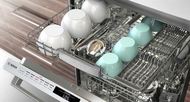 Сухая и чистая посуда внутри посудомойки
