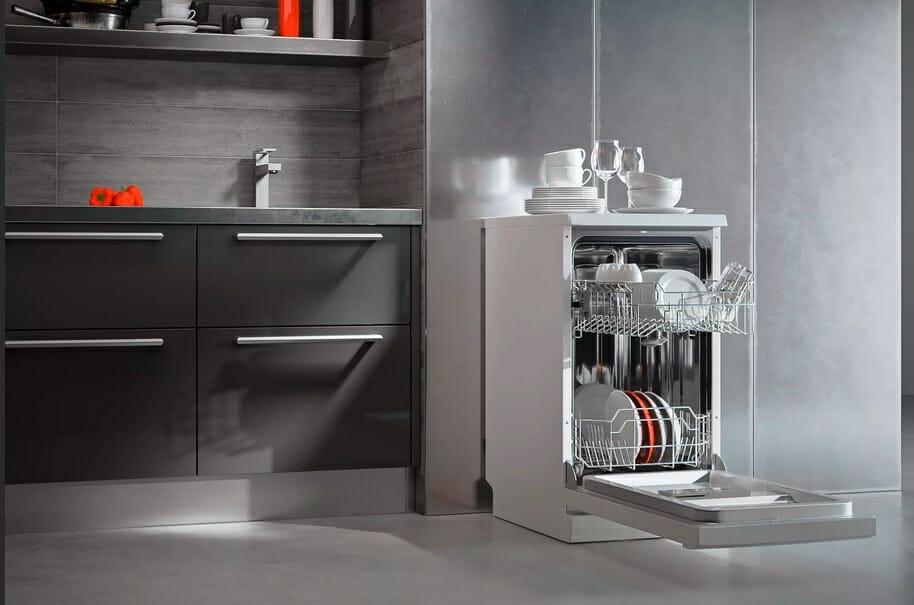 Узкая отдельностоящая посудомойка