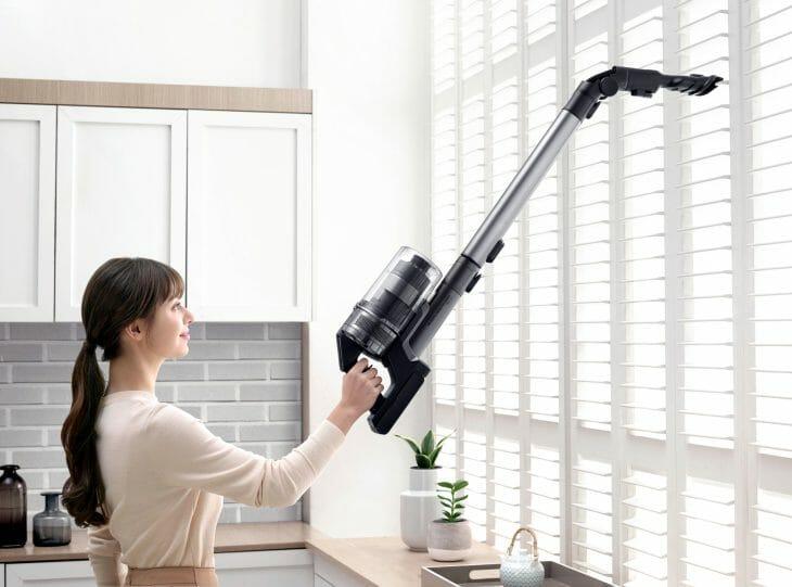 Пылесос во время уборки кухни