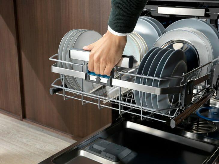 Чистая посуда в посудомойке Electrolux