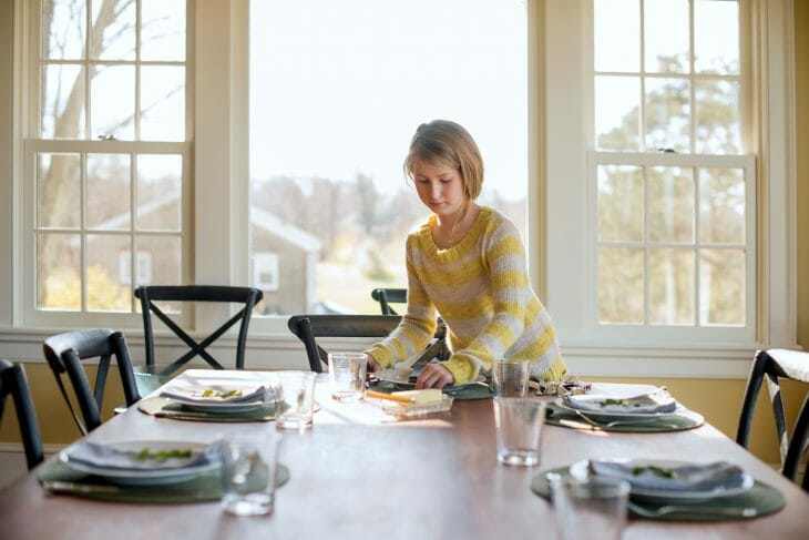 Девочка сервирует стол