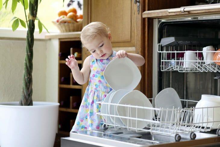Девочка возле посудомойки