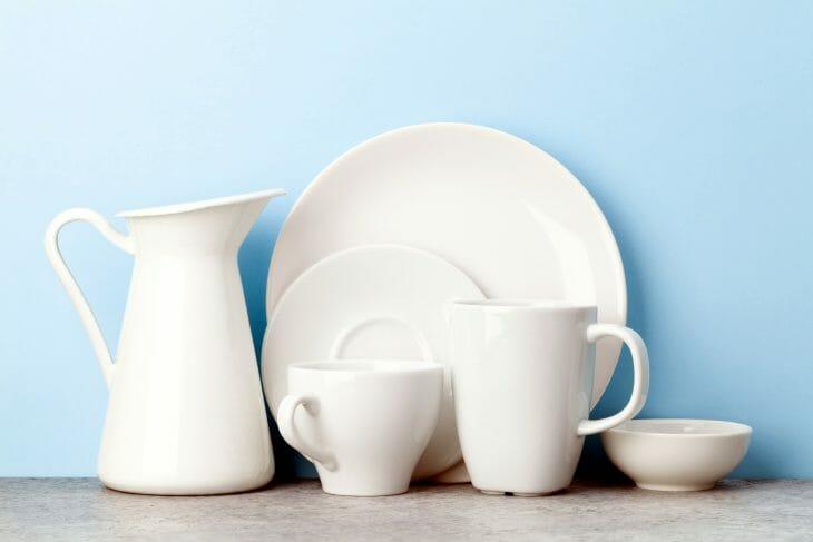 Кувшин, тарелки и чашки на столе