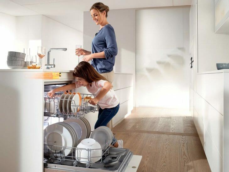 Мама с дочкой возле посудомойки Samsung