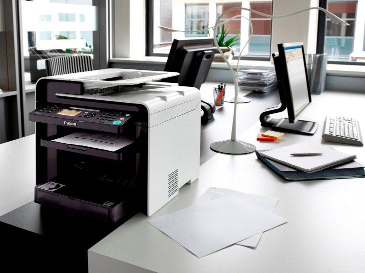 МФУ в офисе на столе