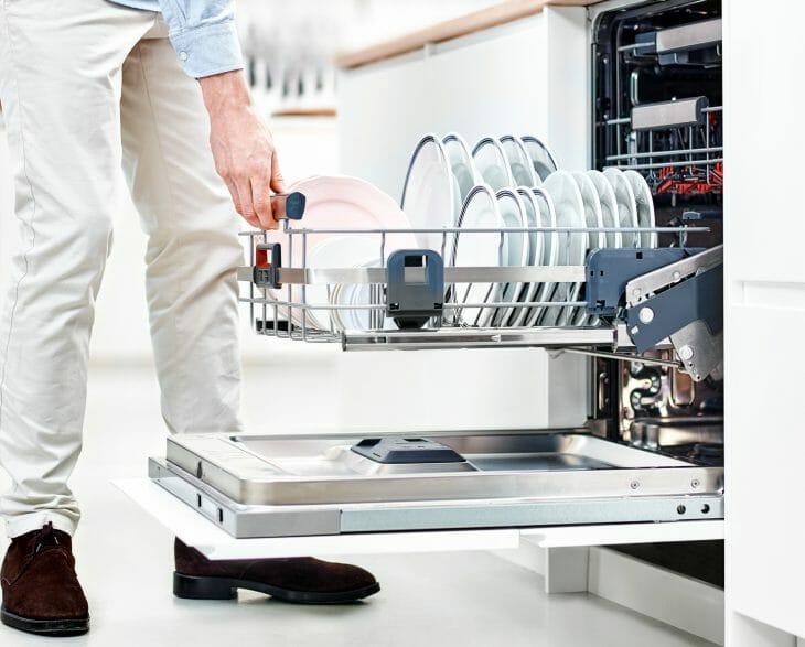 Мужчина возле посудомойки Electrolux