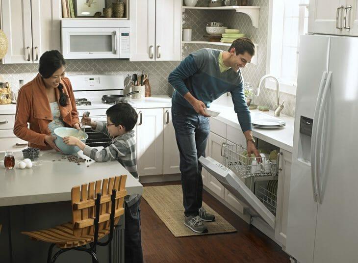 Папа вынимает посуду с посудомоечной машины