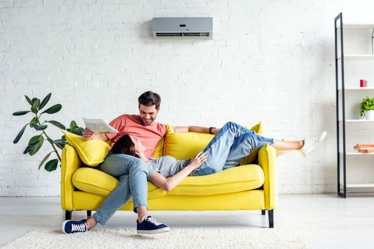 Пара на диване