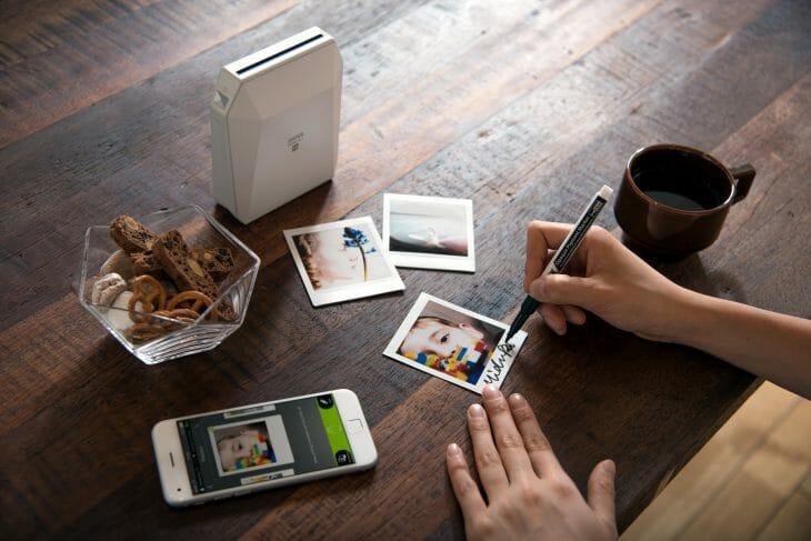 Подписывание фото распечатанных на портативном принтере Instax
