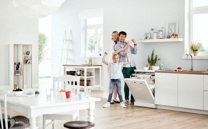 Семья возле отдельно стоящей посудомойки