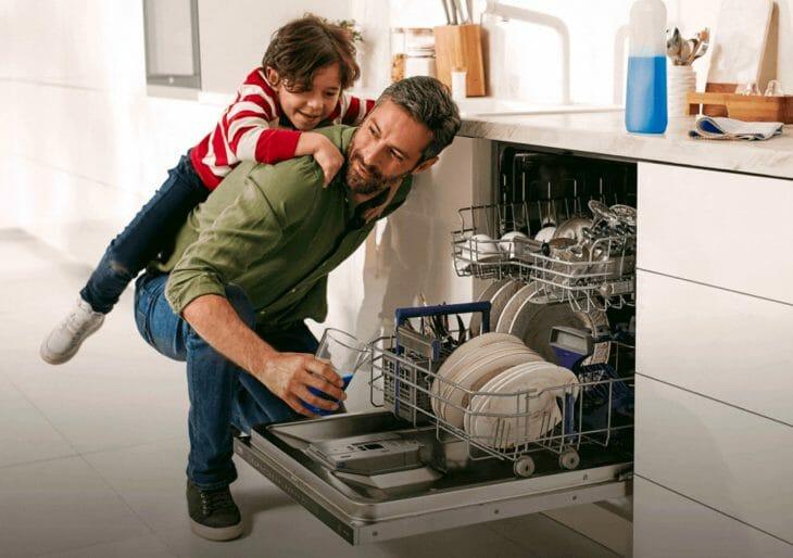 Семья возле посудомойки Beko
